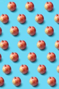 Vertikales kreatives fruchtmuster von frisch gepflückten reifen natürlichen bio-äpfeln