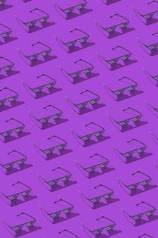 Vertikales kreatives muster von pixellinse zum schutz vor schädlichem künstlichem blauem licht, das von computerbildschirmen, -telefonen und -fernsehern an einer lila wand emittiert wird.