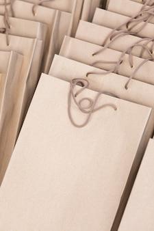 Vertikales modell mit leeren geschenktüten aus bastelpapier, die darauf warten, während der veranstaltung präsentiert zu werden