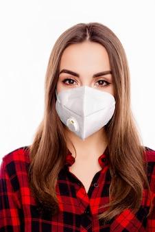 Vertikales nahaufnahmeporträt eines schönen, attraktiven, gesunden, braunhaarigen mädchens, das eine wiederverwendbare n95-maske trägt, die die influenza-prävention dekontamination mers cov ncov isoliert auf weißem hintergrund trägt
