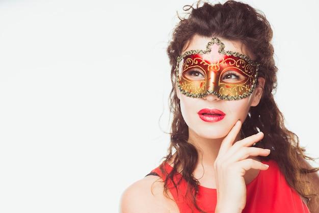 Verträumte frau mit maske
