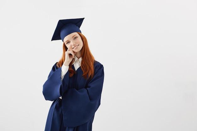 Verträumte schöne frau absolventin.