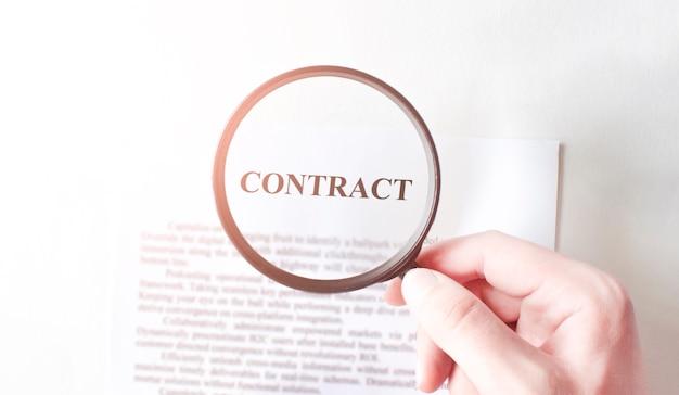 Vertrag mit stift und lupe. unternehmenskonzept