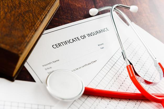 Vertrag und bescheinigung über die krankenversicherung mit missbräuchlichen klauseln, die in einem rechtsstreit vor gericht gebracht wurden.