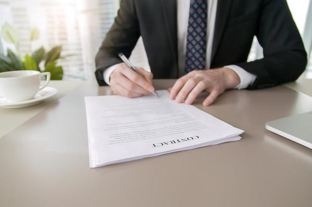 Vertragsunterzeichnung des kaufmanns