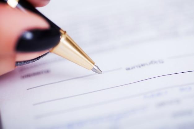 Vertragsunterzeichnung. geschäftsfrau-unterzeichnendes vertragsdokument-formular