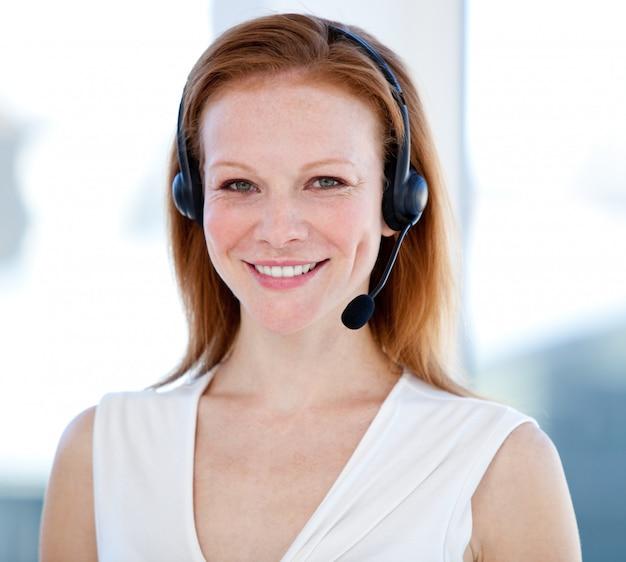 Vertreterin frau mit einem headset