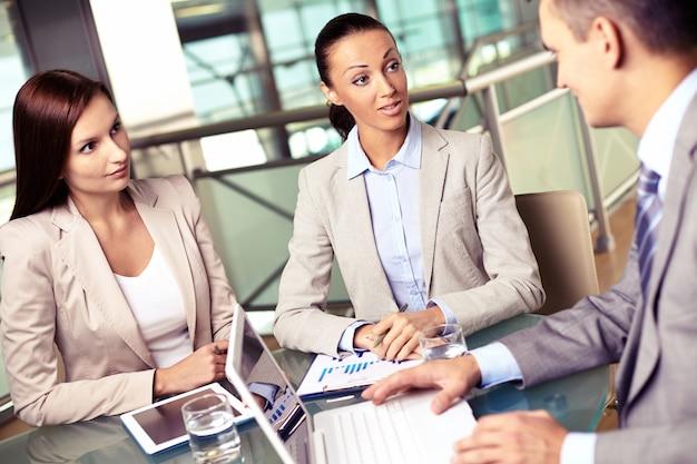 Vertriebsmitarbeiter in einem treffen mit seinem manager