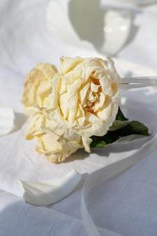 Verwelkte rosen, zerbrochene tasse. konzept beziehungskrise