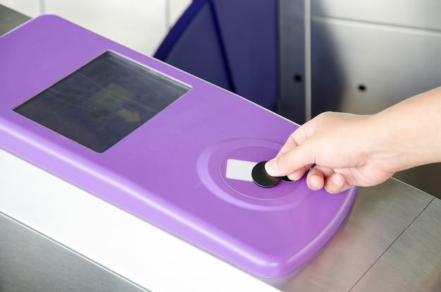 Verwenden des rfid-tokens zum öffnen des metro-system-gate