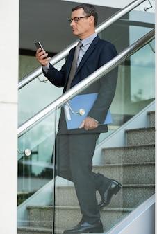 Verwenden des smartphones unterwegs im büro