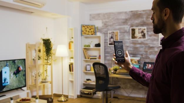 Verwenden einer sprachaktivierten anwendung, um die glühbirnen im haus einzuschalten. smart-light-app.