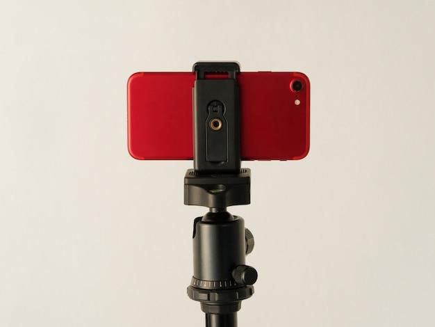 Verwenden eines smartphones wie einer professionellen fotokamera auf einem stativ.