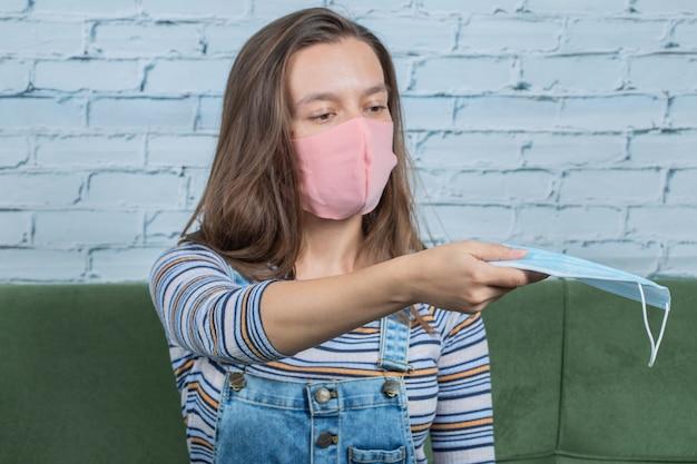 Verwenden grundlegender techniken zur vorbeugung von coviden und anbieten von masken für andere.