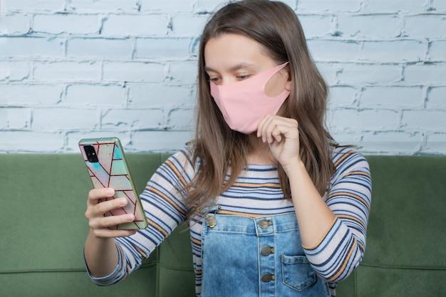 Verwenden grundlegender techniken zur vorbeugung von covids und aufnehmen von selfies am telefon.