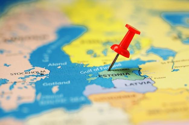 Verwenden sie die rote taste, um den ort und die koordinaten ihres ziels auf der karte des landes estland zu markieren.