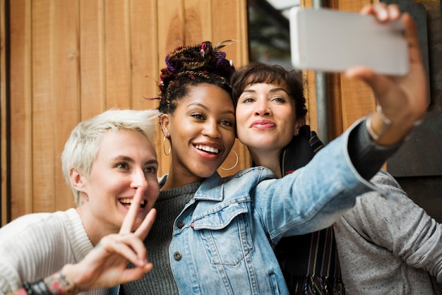 Verwenden sie die selfie photo group-freunde ihres mobiltelefons