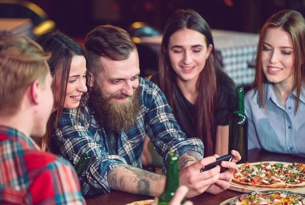 Verwenden sie handy selfie photo group freunde