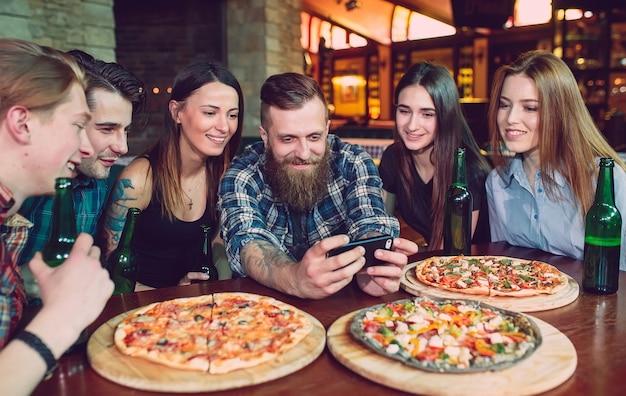 Verwenden sie handy selfie photo group friends