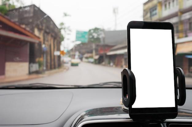 Verwenden sie ihr smartphone im auto, um gps-anweisungen zu ihrem ziel durch das dorf zu erhalten