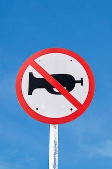 Verwenden sie kein hornzeichen auf blauem himmel mit dem eingeschlossenen beschneidungspfad.