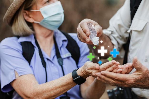 Verwenden von händedesinfektionsmittel auf reisen in der neuen normalität