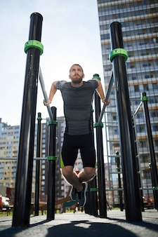 Verwenden von klimmzugstangen für das training im freien