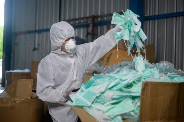 Verwendete medizinische maske in abfallrecyclinganlagen während covid-19 und pandemie.