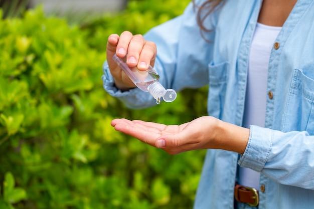 Verwendung eines antibakteriellen antiseptischen handgels im park zum schutz vor bakterien.