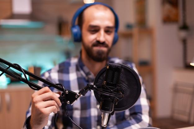 Verwendung eines professionellen mikrofons für die aufnahme von vlog im heimstudio