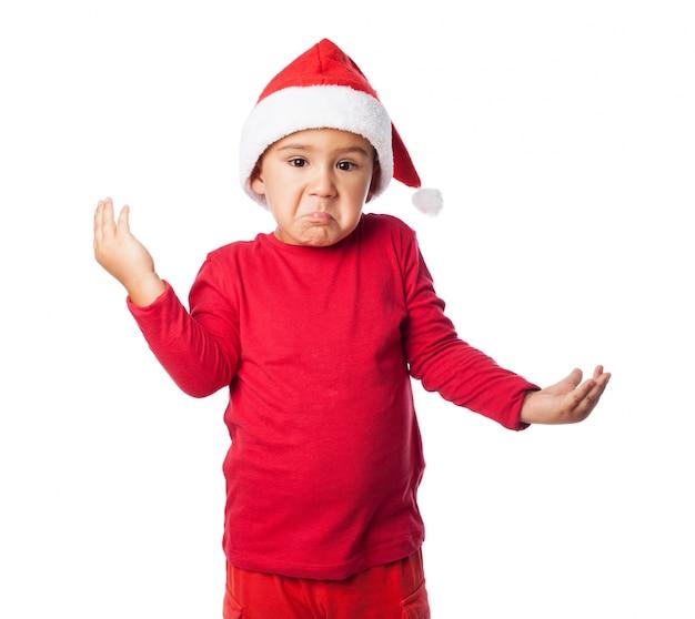 Verwirrt kind mit weihnachtsmütze