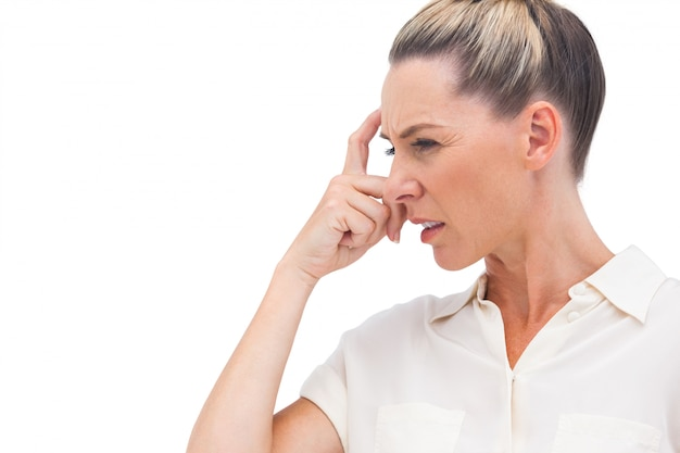 Verwirrte geschäftsfrau mit der hand auf stirn