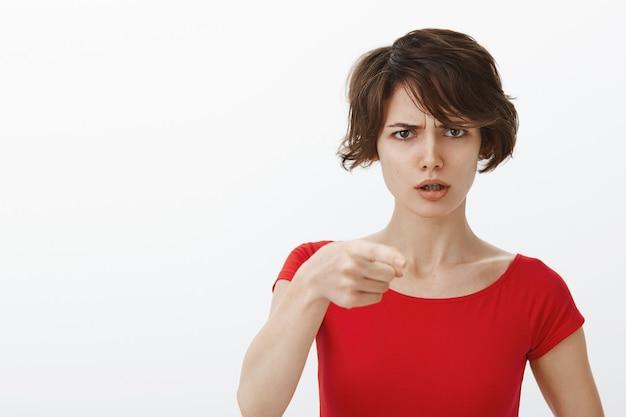Verwirrte und frustrierte frau zeigt, beschuldigt jemanden, hat verdacht