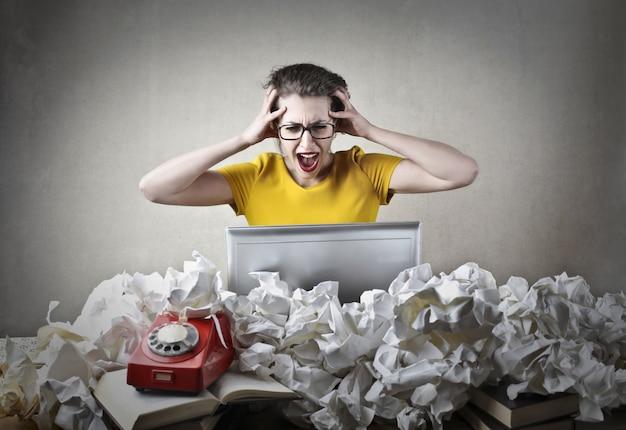 Verwirrte verärgerte berufstätige frau