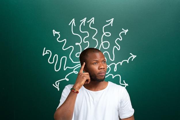Verwirrter durchdachter afroamerikanermann, student, geschäftsmann, der sein problem löst