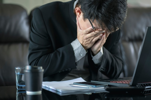 Verwirrter geschäftsmann mit betont und um arbeitsfehler und -probleme gesorgt.