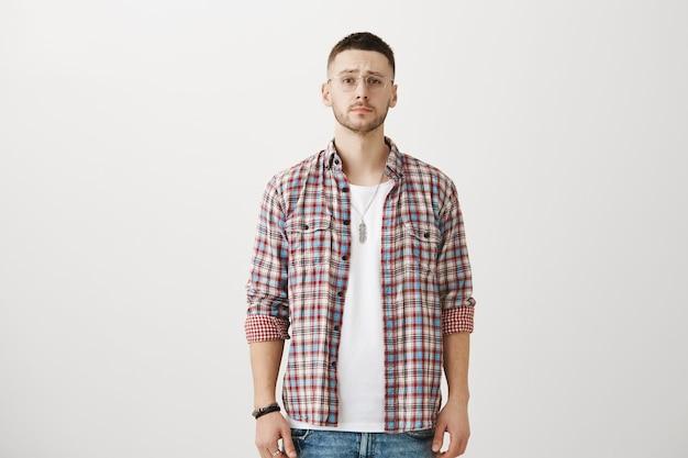 Verwirrter junger mann posiert