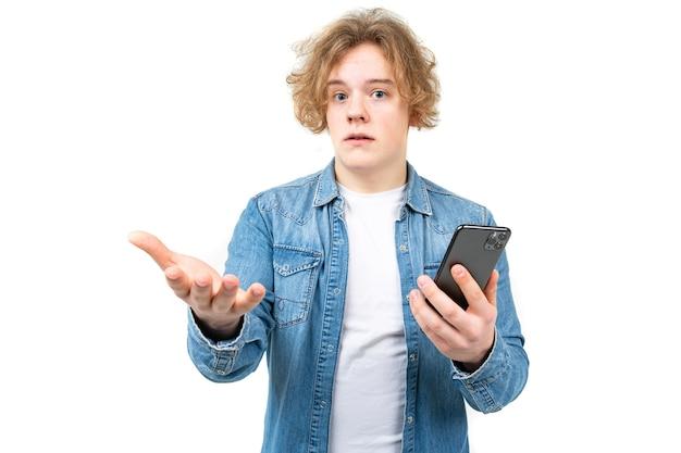 Verwirrter kerl mit einem telefon in der hand isoliert