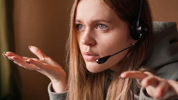 Verwirrter mädchenbediener mit headset-fernarbeit von zu hause in einem callcenter