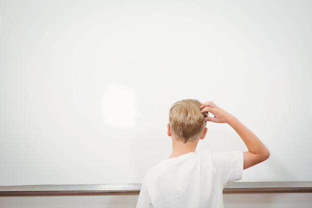 Verwirrter student, der ihren kopf verkratzt