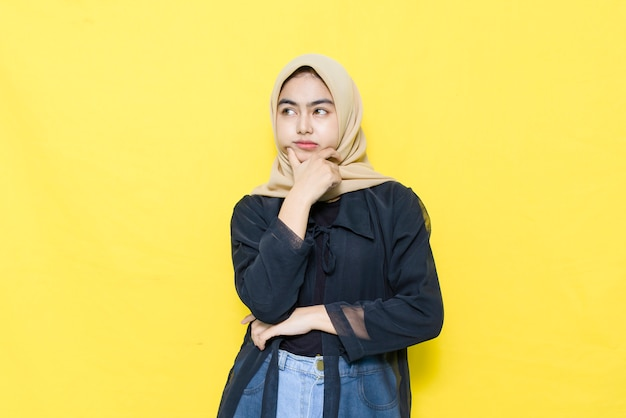 Verwirrtes gesicht einer asiatischen frau mit einem schwarzen hemd