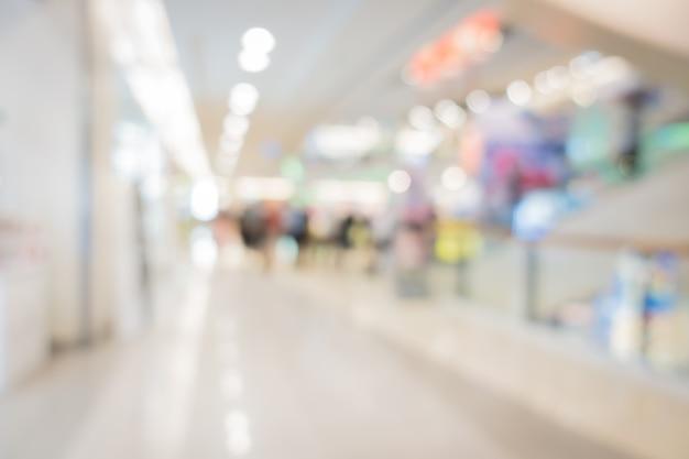 Verwischen sie bildhintergrund der halle im einkaufszentrum mit leuten