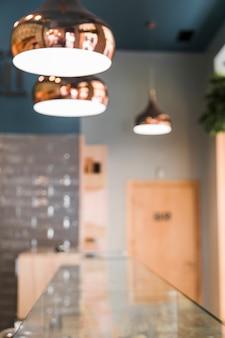 Verwischen sie hintergrund der kaffeestube mit lichttechnischer ausrüstung