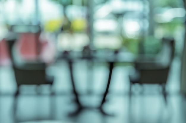Verwischen sie hintergrund des sofas nahe bei fenster in der lobby