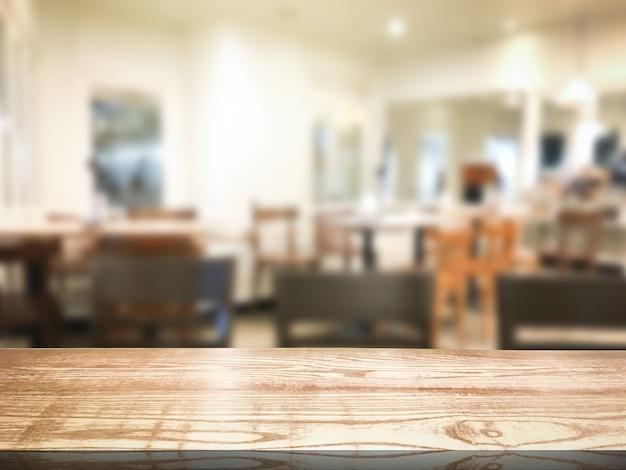 Verwischen sie restaurant- oder nachtischcaféinnenraumspeicherhintergrund. holzregal für design.