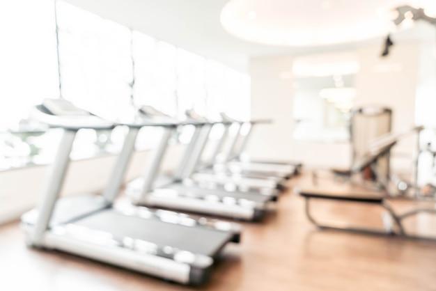 Verwischen sie turnhallenhintergrund-eignungmitte oder fitnessstudio mit sportübungsgeräten