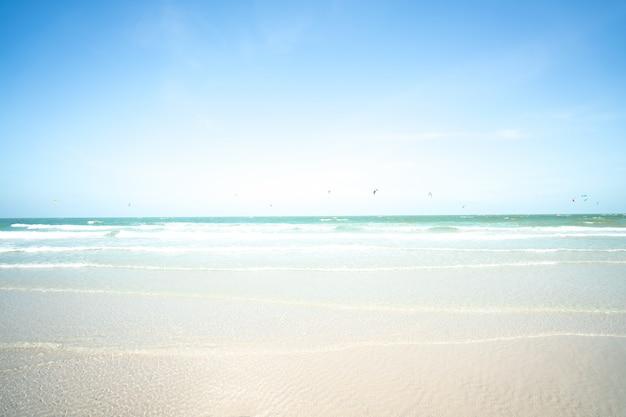 Verwischt das meer und das kitesurf mit blauem himmel. sommerferienkonzept