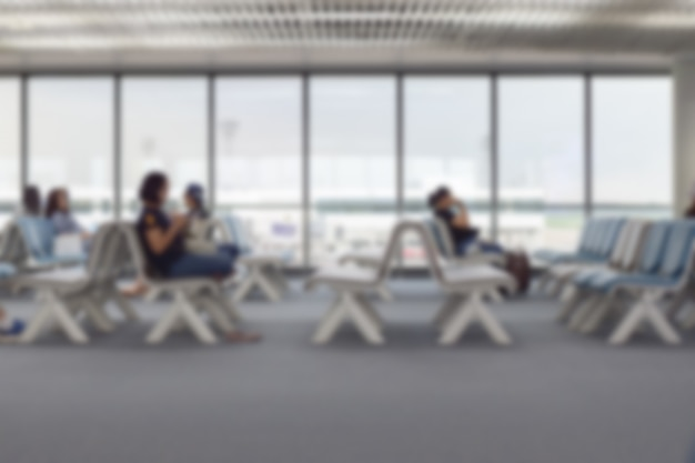 Verwischt von ausländischen passagieren, die im abflug- oder ankunftsterminal am flughafen warten