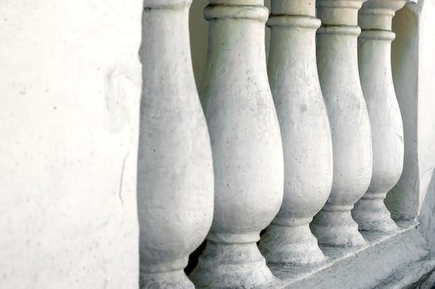 Verwittertes steingeländer am tempel
