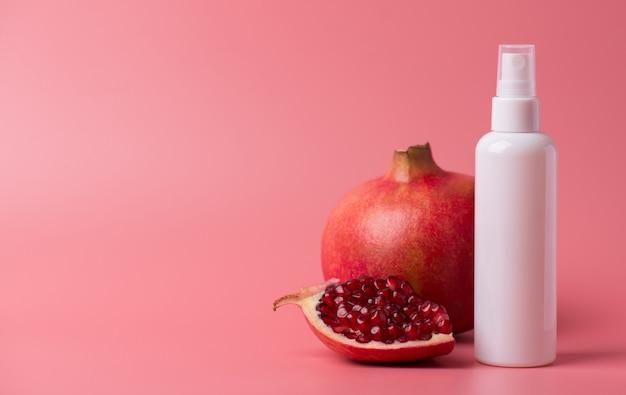 Verwöhnendes kreatives werbekonzept. panoramafoto eines aerosol-kunststoffpumpenbehälters mit reiniger-toner-waschbad mit granatapfel-aroma einzeln auf pastellfarbenem hintergrund leerer leerraum